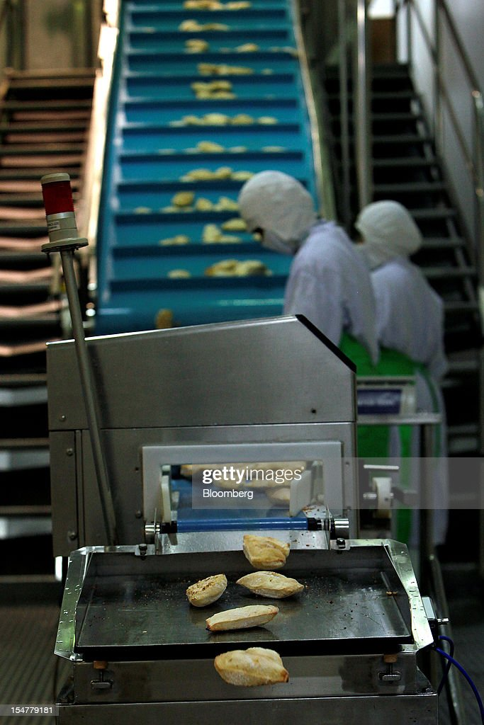Chicken products undergo inspection before packaging in the precooked and frozen meat section at the Charoen Pokphand Foods Pcl (CP Foods) processing plant in Chok Chai, Nakhon Ratchasima province, Thailand, on Thursday, Oct. 25, 2012. CP Foods, controlled by billionaire Dhanin Chearavanont, is the nation's biggest meat and animal-feed producer. Photographer: Dario Pignatelli/Bloomberg via Getty Images