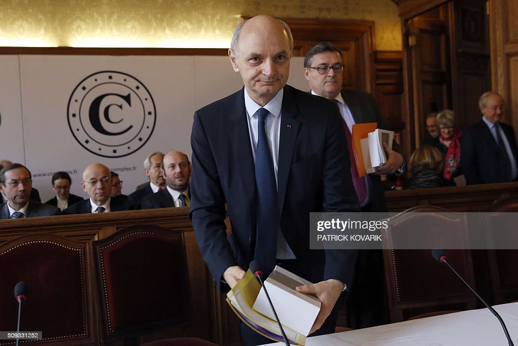 Chief Baron of the Court of Audit of France, Didier Migaud arrives with the annual report of the Court of Auditors for its presentation on February 10, 2016 in Paris. / AFP / PATRICK KOVARIK