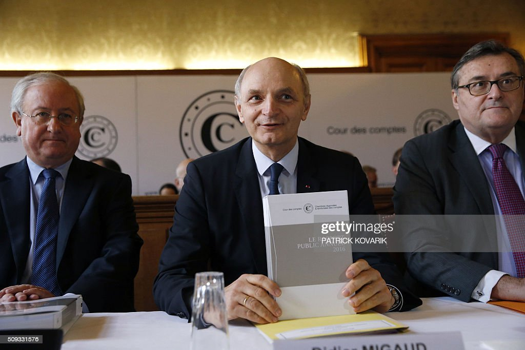 Chief Baron of the Court of Audit of France, Didier Migaud (C) holds the annual report of the Court of Auditors for its presentation next to president of the sixth Chamber of France's public accounts court Antoine Durrleman (R) and General auditor Henri Paul (R) on February 10, 2016 in Paris. / AFP / PATRICK KOVARIK