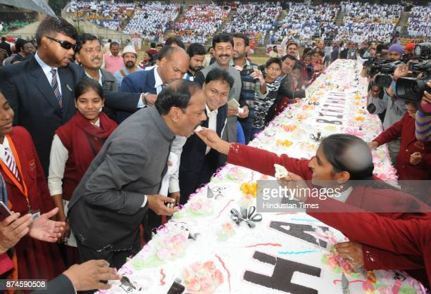 Chief Minister Raghubar Das cutting a 500 Kg cake with the school children to celebrate 17th Foundation Day of Jharkhand state at Birsa Munda...