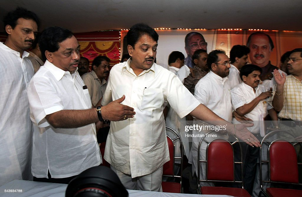 Chief Minister Vilasrao Deshmukh welcomes expelled Shiv Sena leader Narayan Rane who announced his decision to join the Congress at a press conference on Monday. His formal induction will take place on July 28.