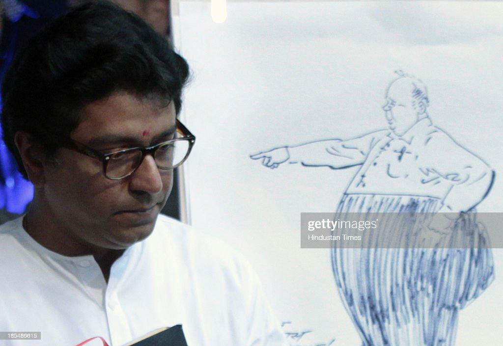 MNS Chief Raj Thackeray draws a caricature of NCP Chief Sharad Pawar during the inauguration of - chief-raj-thackeray-draws-a-caricature-of-ncp-chief-sharad-pawar-the-picture-id185486615