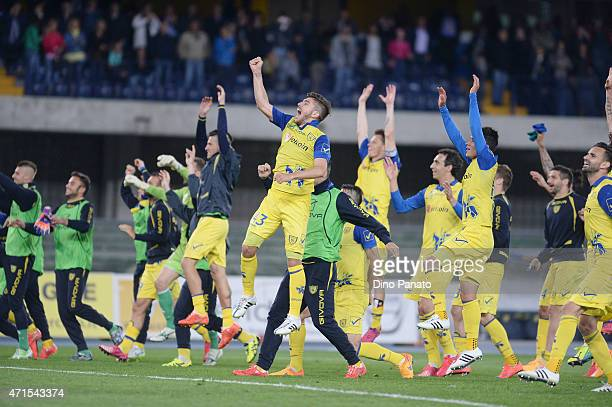 Chievo Verona Players celebrate victory after the Serie A match between AC Chievo Verona and Cagliari Calcio at Stadio Marc'Antonio Bentegodi on...