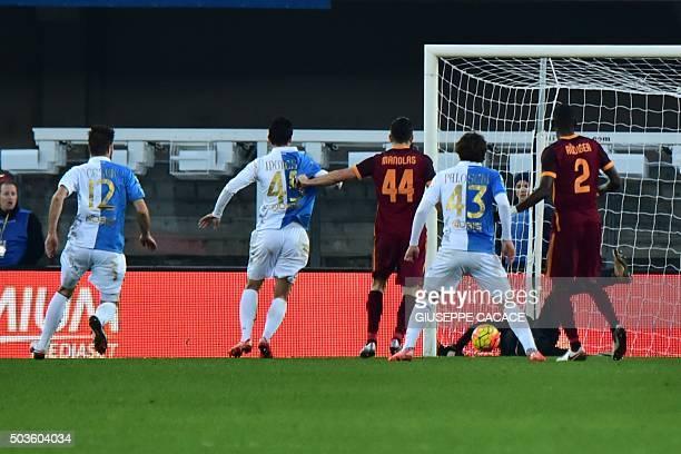 Chievo's midfielder from Italy Simone Pepe scores during the Italian Serie A football match between Chievo Verona and AS Roma at Bentegodi Stadium in...