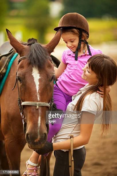 Kind und Pferd im Freien.