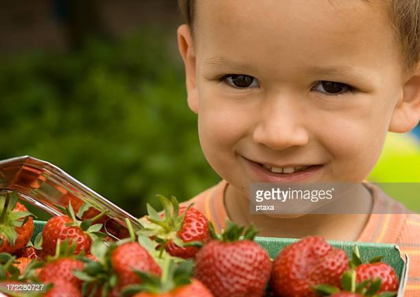 Kind und Erdbeere