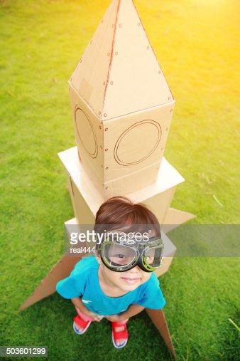 Enfant et petite Space Rocket