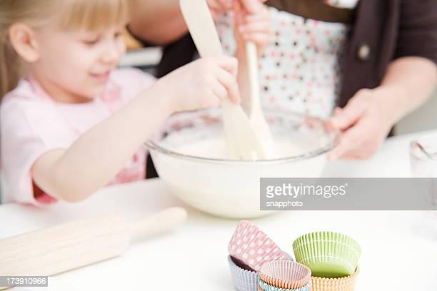 Kind und Frau Baking Cupcakes
