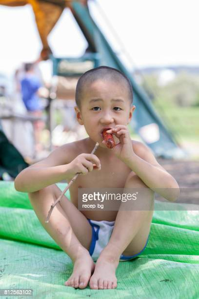 Kind jongen eten van worst