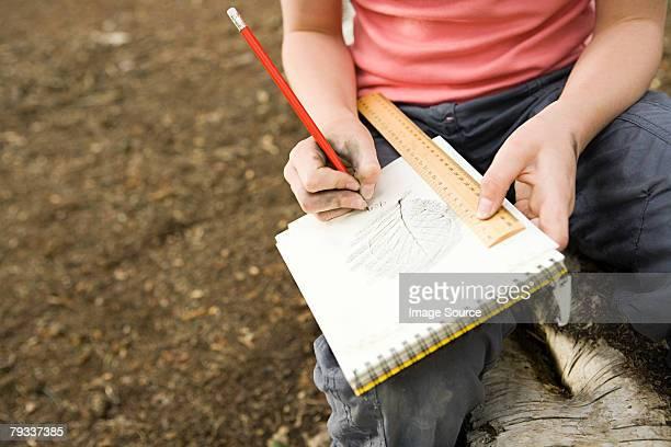 Enfant dessin une feuille