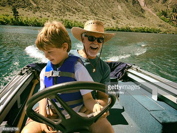 """Kinder fahren Sie ein Boot mit """"und"""" Grandpa """""""