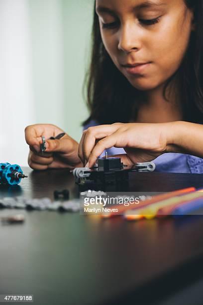Kind erkunden Roboter