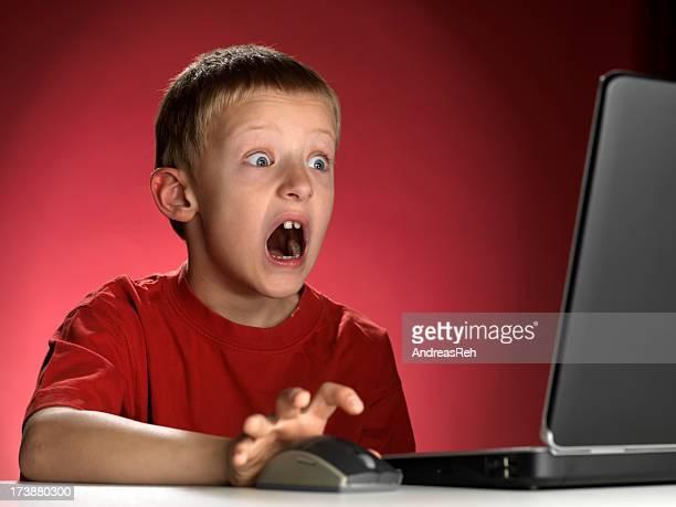 Niño asustado por ordenador