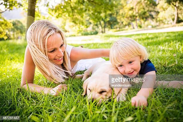 Criança com uma sesta com o cachorrinho