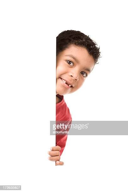 Enfant tenant un papier