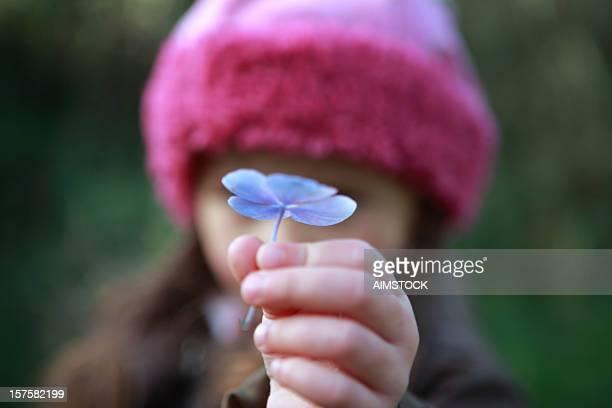 Bambino tenendo un fiore