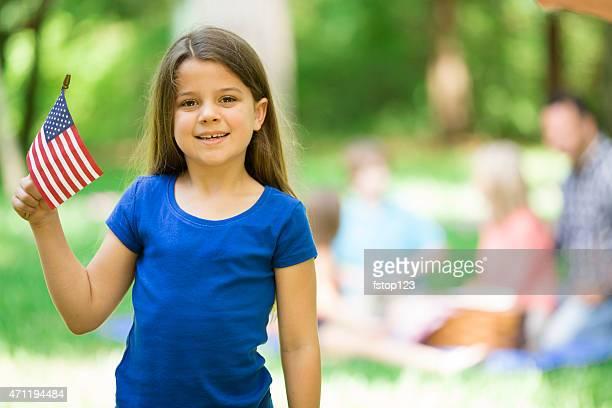Niño posee bandera estadounidens'al aire libre, el verano para toda la familia disfrute.   El día.