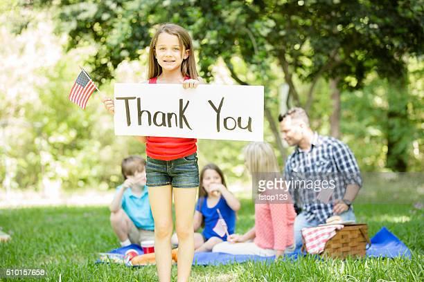 """Kind hält """"danke"""" -Schild mit amerikanischer Flagge.   Memorial Day."""
