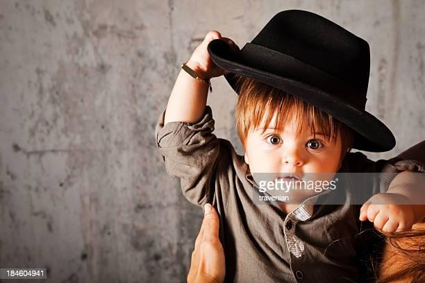 Bambino in un grande cappello