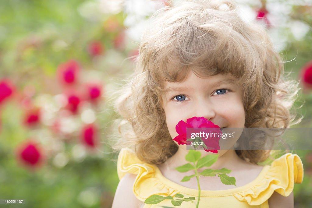 Criança na Primavera : Foto de stock
