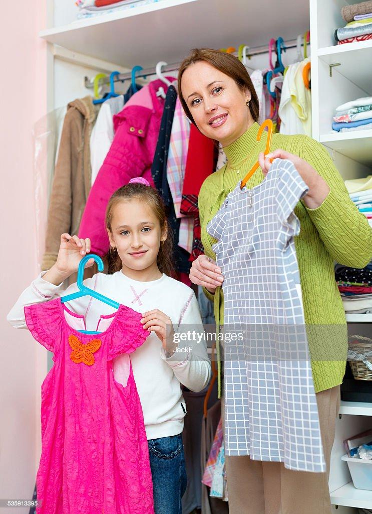 Niño en el vestidor : Foto de stock