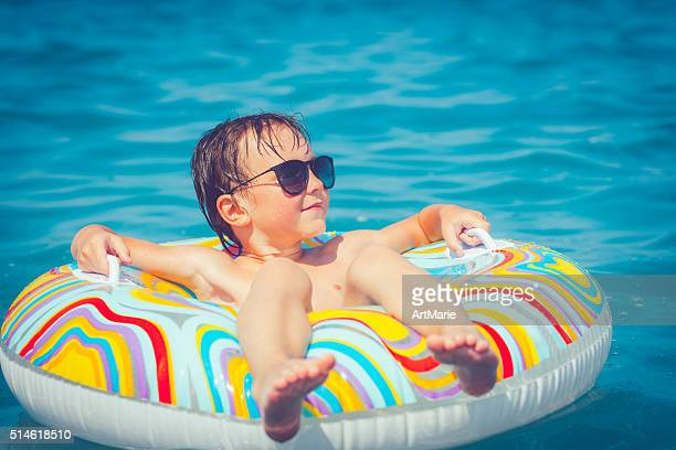 Enfant dans la mer