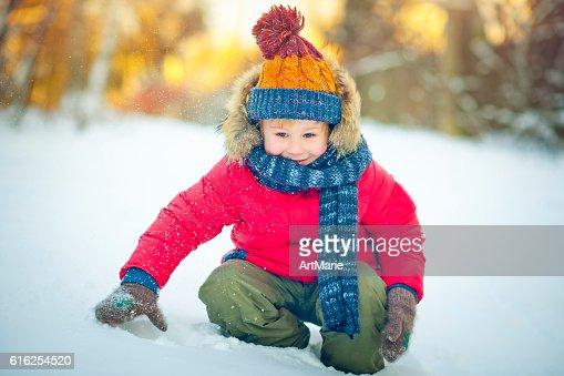 Niño en invierno : Foto de stock