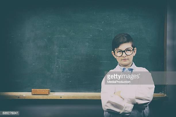 Kind vor der eine Tafel mit labcoat und Gläser