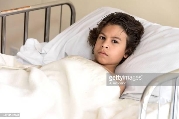 Niño acostado en la cama de hospital