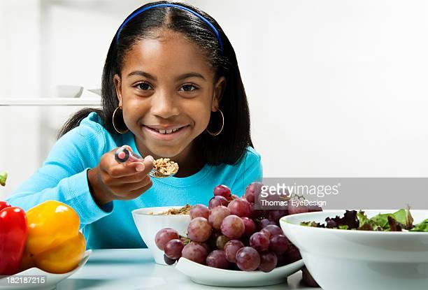Niño haciendo una ensalada