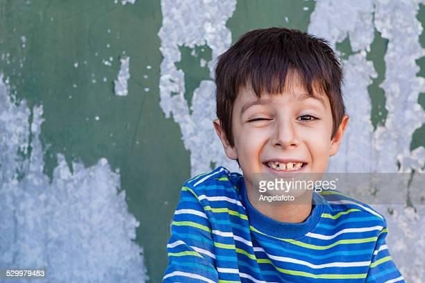 Enfant faisant clin d'œil