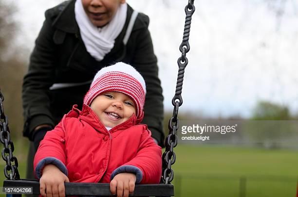 Figlio di 2 anni che giocano su Altalena