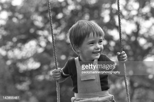 Child on swing in summer : Stock-Foto