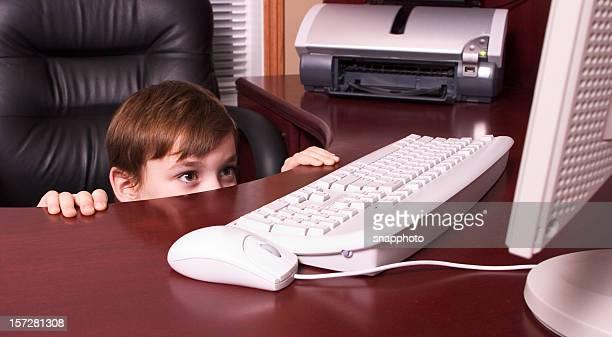 Niño de echar un vistazo en pantalla de ordenador