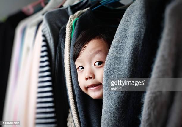 Bambino che gioca nell'armadio