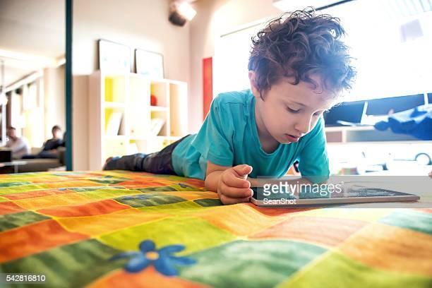 Kind spielt mit digitalen Tablet
