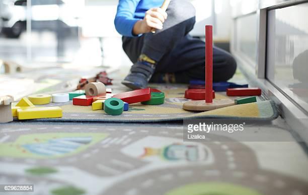 Bambini che giocano con blocchi