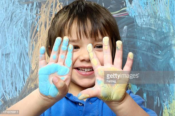 Bambino giocano con chalkboard