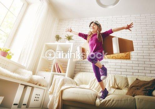 kind spielt in einem astronauten kost m stock foto. Black Bedroom Furniture Sets. Home Design Ideas