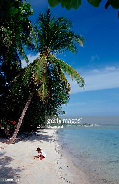 Child plays on the beach Philippinen Ananyana Resort Panglao Island Bohol