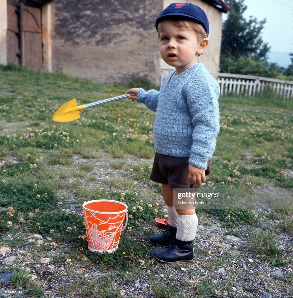 Child plays with shovel and bucket : Stock Photo