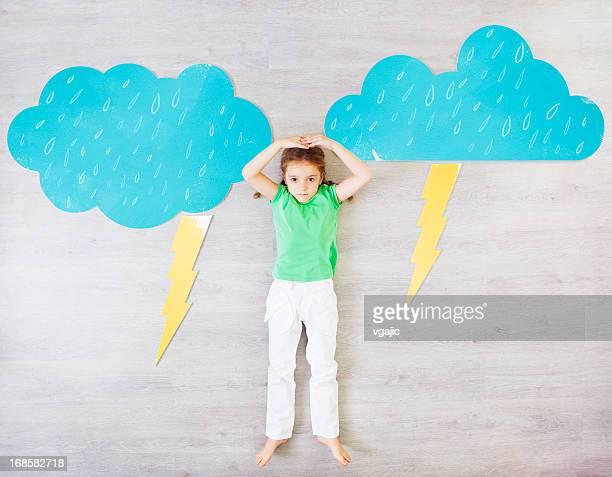 Kinder präsentieren schlechtem Wetter.