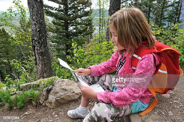子供マップを読むには、森の中でのハイキング