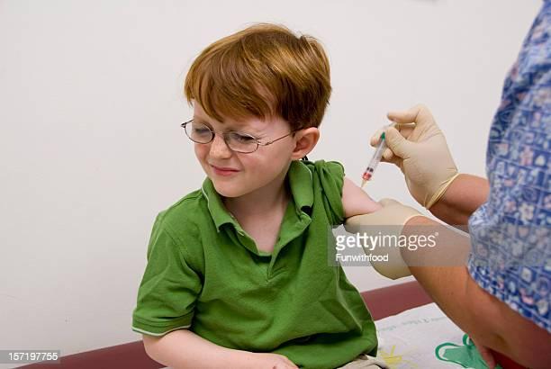 Par Injection enfant Vaccination bébé avec Seringue de Infirmière & Douleur