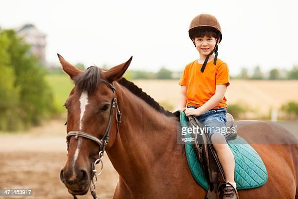 Enfants cheval d'équitation de plein air.