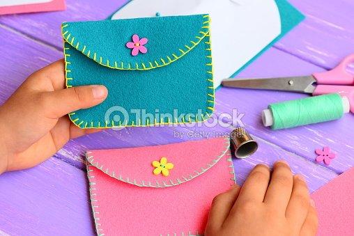 kind hat eine handtasche aus filz gen ht kleines kind h lt eine helle filzgeldb rse in seinen. Black Bedroom Furniture Sets. Home Design Ideas