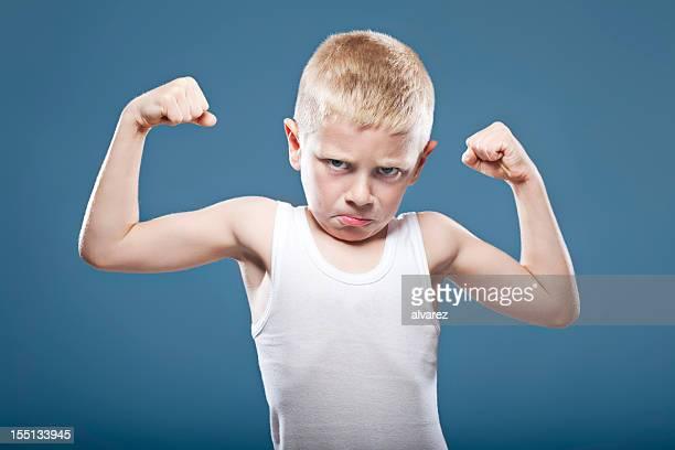 Kind zeigt seine Muskeln