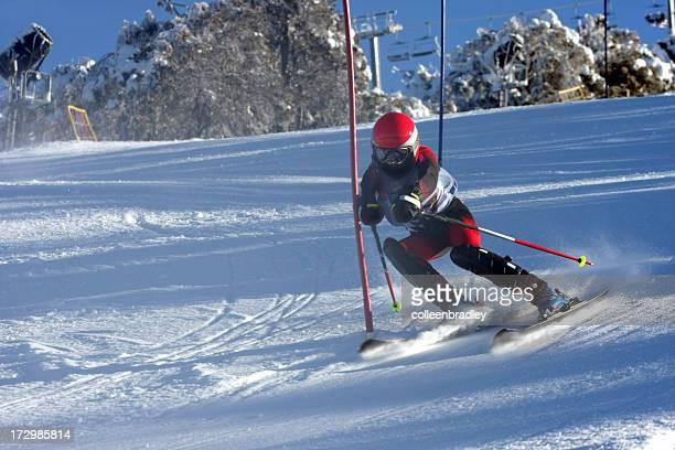 Kind Skifahren ski-Rennen im Schnee Berge