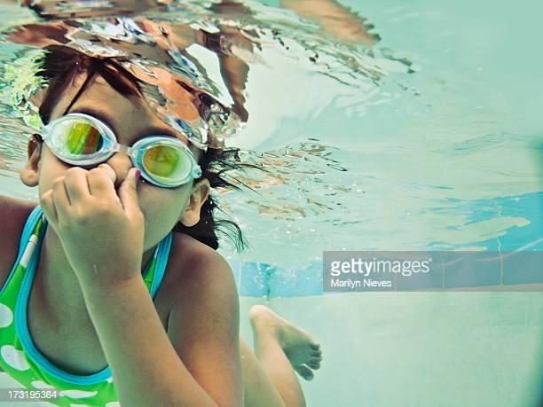 Niños nadar bajo el agua