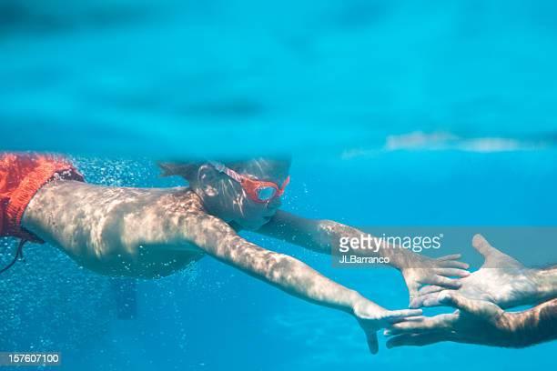 Kind greifen für Unterwasser Daddy's Hands